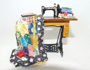 Sewing Machine w/ Quilt
